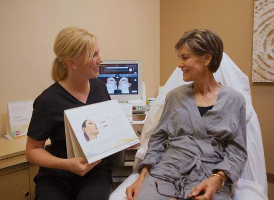 Beratung über Ultherapy: Straffere Haut dank Ultraschall.