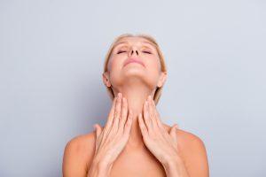 Straffung der Kinnpartie mit Ultherapy: Attraktive Frau fühlt sich in wohl mit ihrer perfekten Haut.