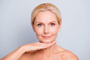 Straffung der Kinnpartie mit Ultherapy: Strahlende Frau mit perfekten Aussehen!
