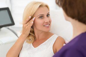 Strahlende Frau zufrieden mit ihrer perfekten Haut. Straffung der Augenpartie mit Ultherapy