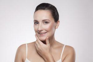 Hautstraffung mit Ultherapy: Strahlende Frau mit perfekten Aussehen!