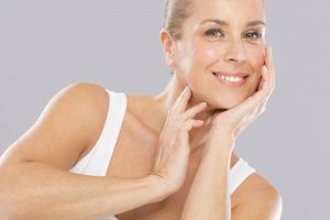 Halsstraffung mit Ultherapy: Bezaubernde Frau mit makellosem Aussehen!