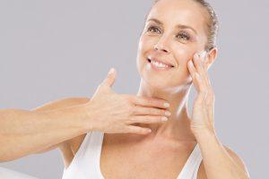 Halsstraffung mit Ultherapy: Attraktive Frau mit perfekten Aussehen!